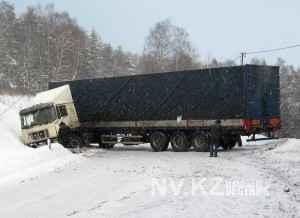 На трассах Карагандинской области замерзают большегрузы