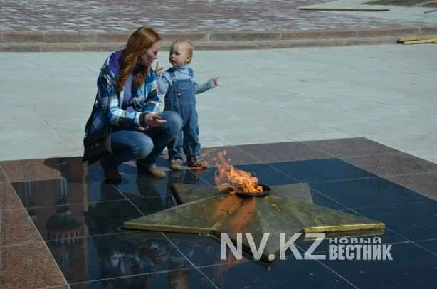 Вечный огонь - излюбленное место отдыха детей и родителей