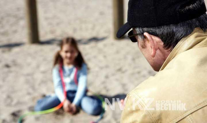 Дяденька и девочка видео