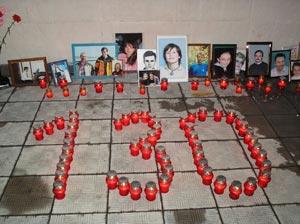Возле памятной доски с именами погибших поставили поминальные свечи в виде цифры 130 – по количеству официально признанных жертв таракта.