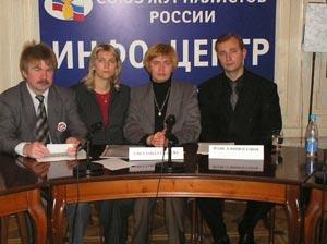 Светлана Губарева (в центре) на пресс-конференции, организованной общественной организацией «Норд-Ост» в доме журналистов на Арбате.