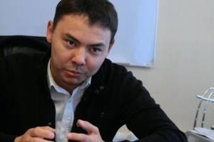 Директор стоматологической клиники Жан Ботанов отбивается от проверок, ездит по судам, пишет жалобы и так на протяжении последних десяти месяцев.