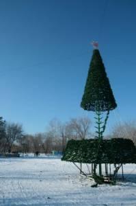 Так собирали елку в Центральном парке: искусственные ветки наматывали вокруг каркаса.