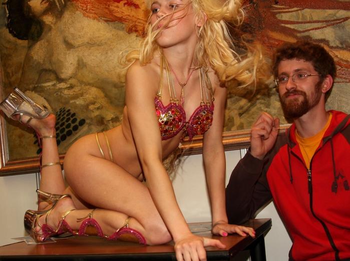 Карина позирует столичным художникам на выставке «Эрос».