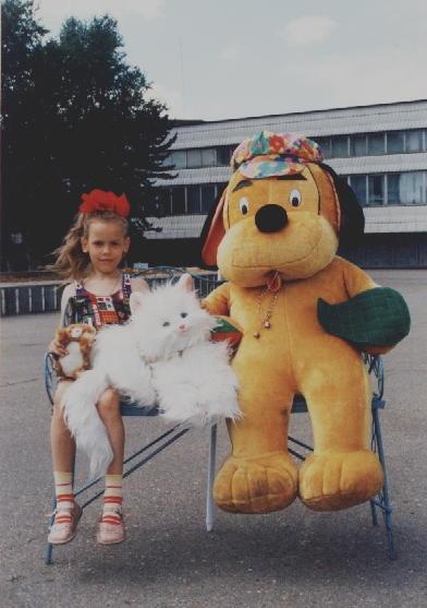 Фото из детства: маленькая Карина, пока не ставшая куклой, возле карагандинского ЦУМа.