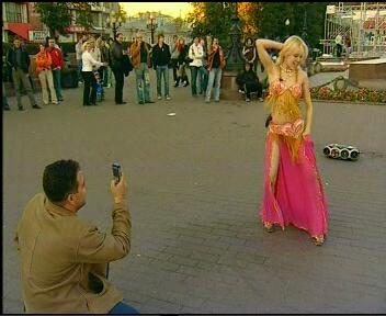 Московская карьера: повзрослевшая Барби исполняет стриптиз на Пушкинской площади для программы «Секс с Анфисой Чеховой».