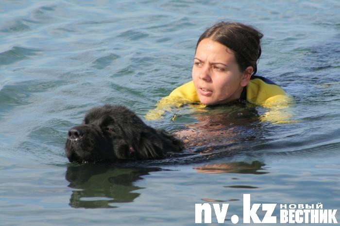 Условно утопающая девушка лукавила лишь отчасти: плавать она не умеет на самом деле.