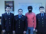 Эта фотография иллюстрирует статью о «Взяточник.info» в Википедии. Фото сделано во времена, когда автор сайта еще носил маску и называл себя Mr Incognito (до апреля этого года). Сотрудники финансовой полиции и Марат Шакен на съемках передачи «Соседи» на телеканале «Казахстан».