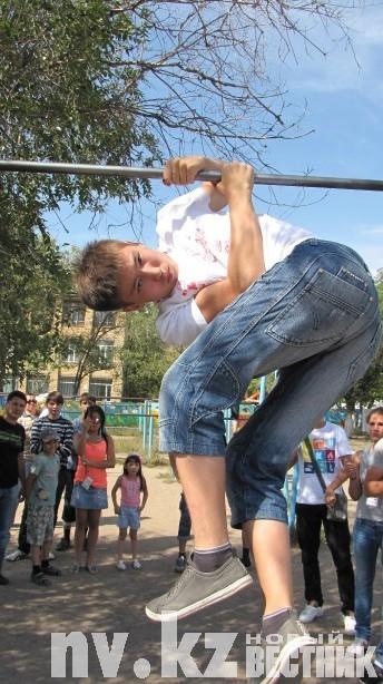 В соревнованиях по «street workout» оценивалось сложность и техника выполнения элементов на турнике.